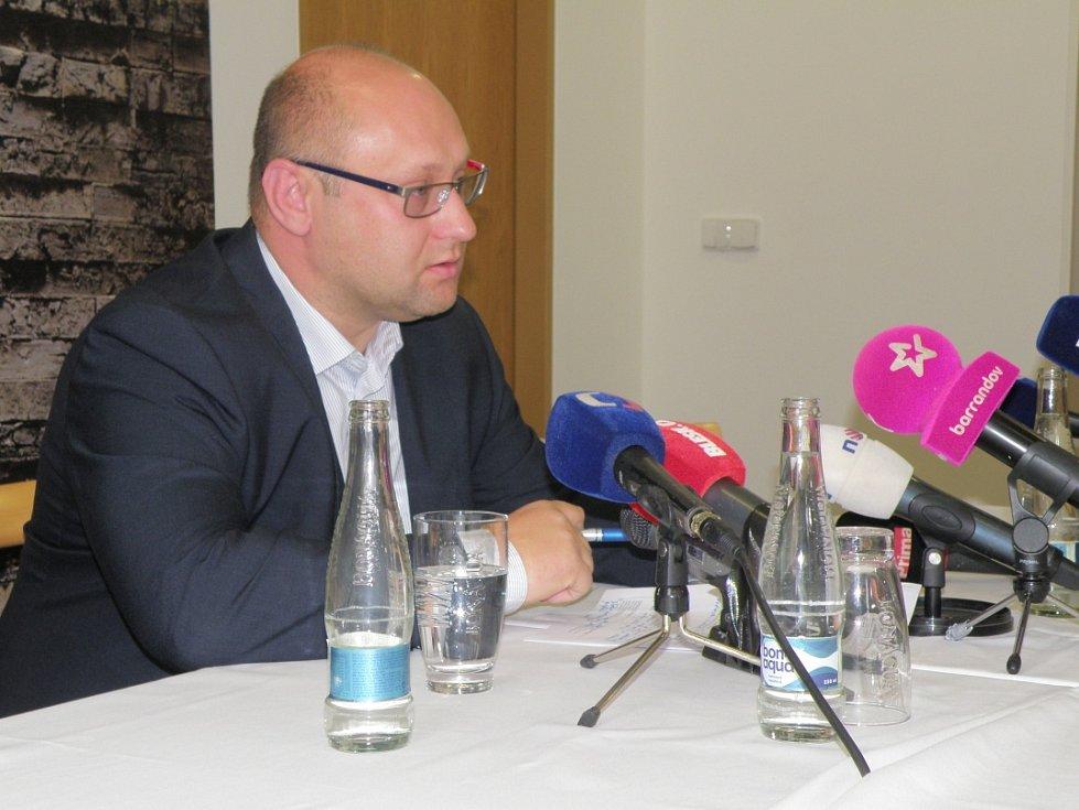 Ředitel rumburské nemocnice Darek Šváb na mimořádné tiskové konferenci.