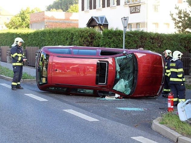 Při nehodě v Bynově skončilo auto na boku.