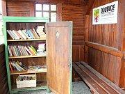 V Doubici otevřeli miniknihovničku na autobusové zastávce.