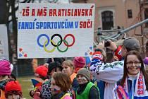 Průvod dětí podpořil naše sportovce na olympiádě v ruském Soči.