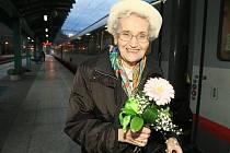 Pětaosmdesátiletá Brigitte Bukovics, dcera celosvětově významného děčínského rodáka, matematika Johanna Radona, přicestovala v pátek odpoledne z Vídně do Děčína vlakem.