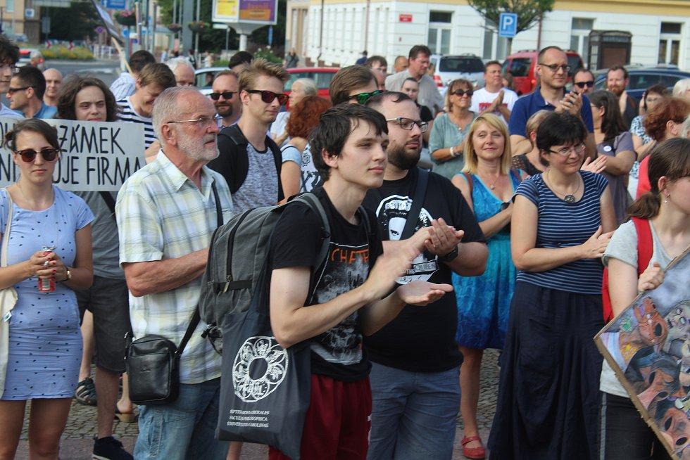 V Děčíně se sešli lidé na čtvrté demonstraci proti Andreji Babišovi.