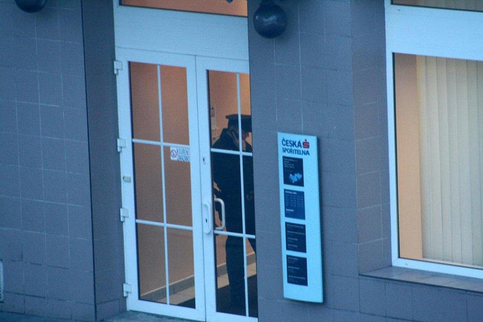 V pátek odpoledne krátce před uzavřením přepadl 35letý muž podmokelskou pobočku České spořitelny.