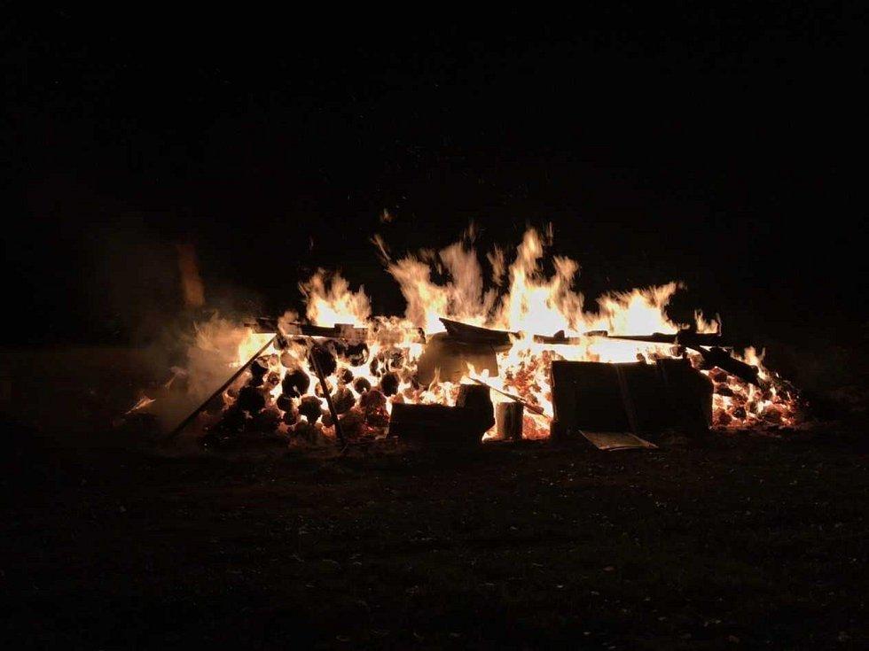 Požár dřeva v Dolní Chřibské.
