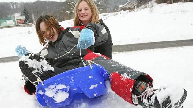 Děti z ústecké čtvrti Všebořice si užívají prázdniny ve sněhu. Několik desítek centimetrů sněhu již několik let mezi paneláky nebylo a tak děti skotačí přímo v sídlišti. Na snímku Tereza Hronová a Alice Smolová si hrají ve sněhu.