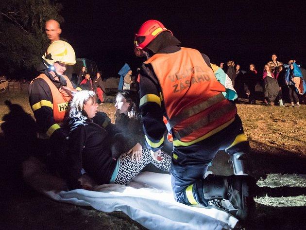 Hasiči ukázali dětem na táboře v Kytlicích evakuaci.
