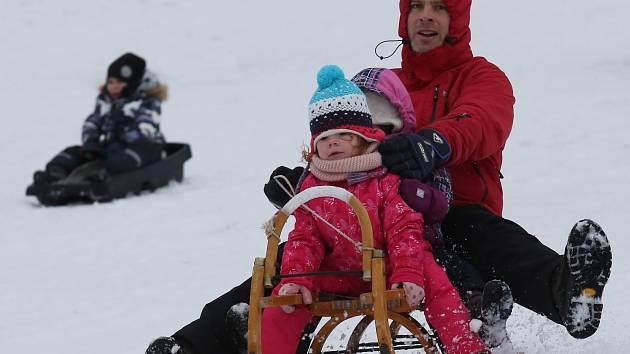 V Horním Podluží na Děčínsku se na sjezdovce objevili první lyžaři. Provozovatel spustil lyžařské vleky a začal zasněžovat.