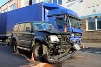 Na Ústecké ulici v Děčíně se srazil náklaďák s offroadem.