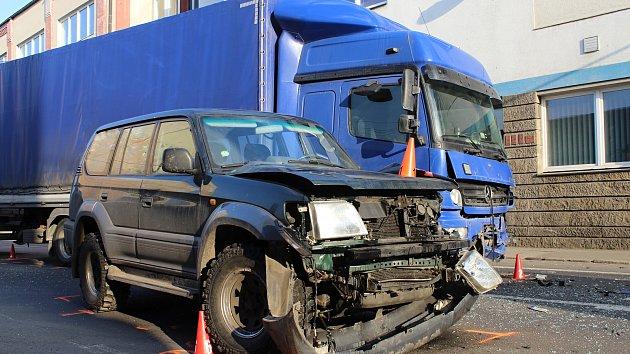 Srážka nákladního auta s offroadem