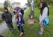 V parku ve Varnsdorfu vzniklo pietní místo na místě, kde mladík zemřel.