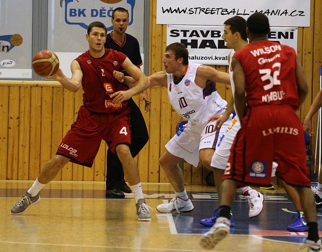 BRAVO! Děčínští basketbalisté (v bílém) doma převálcovali mistrovský Nymburk.