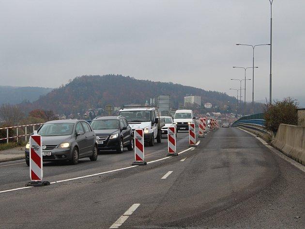 Polovina Nového mostu je zavřená, řidiči teď jezdí po půlce mostu oběma směry.