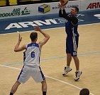 DOHRÁVKA. Basketbalisté BK Horejsek Děčín (v bílém) porazili Chomutov.