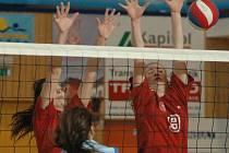 PARÁDA! Děčínské volejbalové juniorky (v červeném) porazily dvakrát Hlincovku.