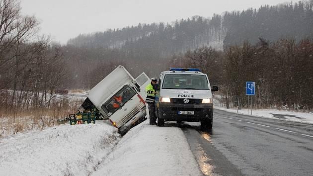Kluzká silnice nad Ludvíkovicemi se stala osudnou řidiči nákladního auta. Sjel do příkopu a náklad vysypal.