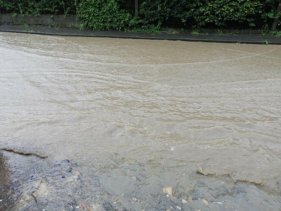 Prudký déšť zatopil také hlavní silnici v Ludvíkovicích