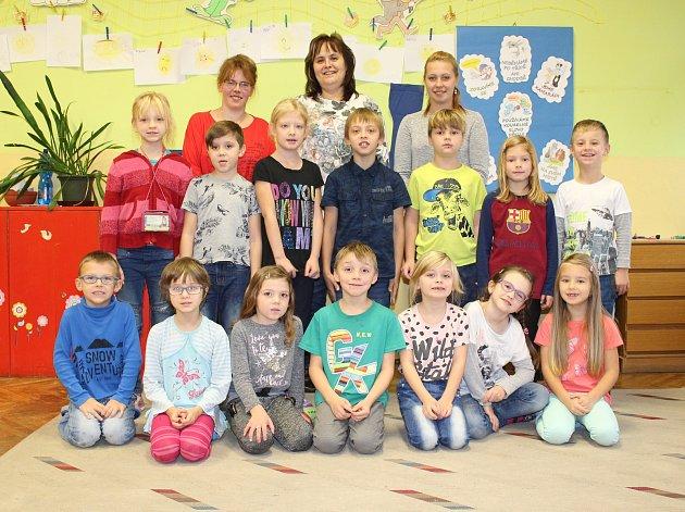 Žáci 1.třídy ze ZŠ Verneřice spaní učitelkou Miroslavou Protivovou a asistentkami pedagoga Petrou Petlánovou a Veronikou Zemanovou.