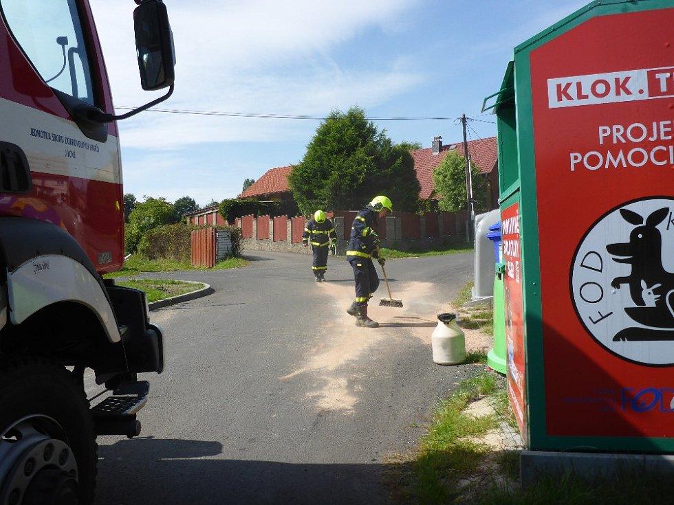Únik oleje na silnici v Jílovém.