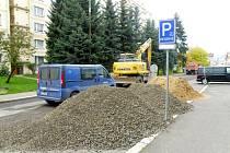 Při rekonstrukci kanalizace přišla invalidní žena o parkování.