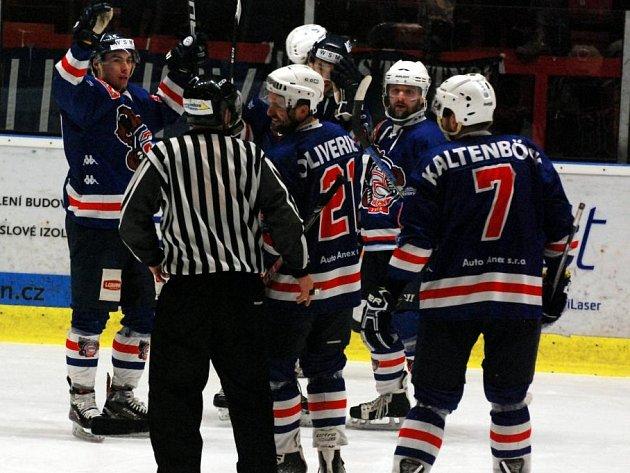 POSTUP JE BLÍZKO! Děčínští hokejisté ve třetím utkání smetli Trutnov 6:1.