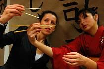SUSHI LIVE. Japonka Sake učila v úterý v Poradně pro integraci jak správně připravit sushi. Účastníci workshopu viděli také rituál podávání čaje, naučili se jak správně používat hůlky a zjistili další zajímavosti o Japonsku.