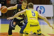 HRDINA. Děčínský rozehrávač Tomáš Vyoral (tmavý dres) v hodině dvanácté rozhodl dramatický duels Opavou. Jeho střela posunula Válečníky k výhře 78:77.