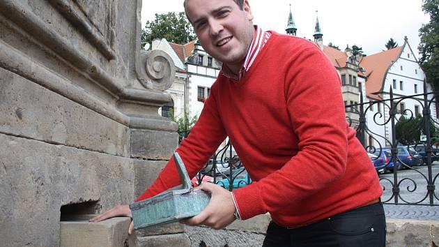 V Benešově nad Ploučnicí našli schránku z roku 1972.