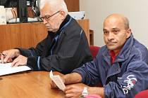K děčínskému soudu Martin Kaleja (vpravo) dorazil se svým obhájcem. Do vězení za znásilnění ho po pár minutách poslal soud na pět let.