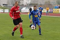 Varnsdorfský fotbalista Adam Ondráček (v modrém).