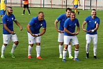 HODNĚ DŮVODŮ K RADOSTI měli na podzim šluknovští fotbalisté. Takhle slavili jednu z branek v domácím utkání proti Klášterci nad Ohří.