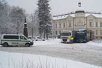 Kuriózní nehoda. Řidič kamionu chtěl v Krásné Lípě předjet ve městě svého kolegu.