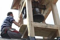 Instalace nového zvonu v Děčíně.