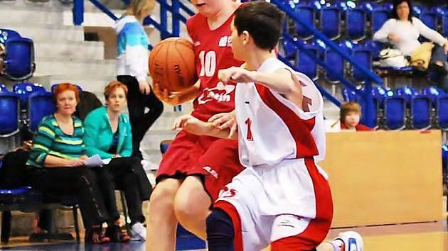 Děčínský starší minižák Petr Ondráš (v červeném) se snaží uniknout svému strážci.