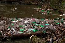 Do Českého Švýcarska připluly po řece Kamenici hromady odpadu.