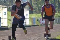 REKORDMAN. Sprinter Jiří Holič (vlevo), v historickém bodování nejúspěšnější atlet AC Rumburk. Držitel klubového rekordu na 20O, 400 metrů a obě štafety! Foto z klubového závodu – start na 200 metrů.