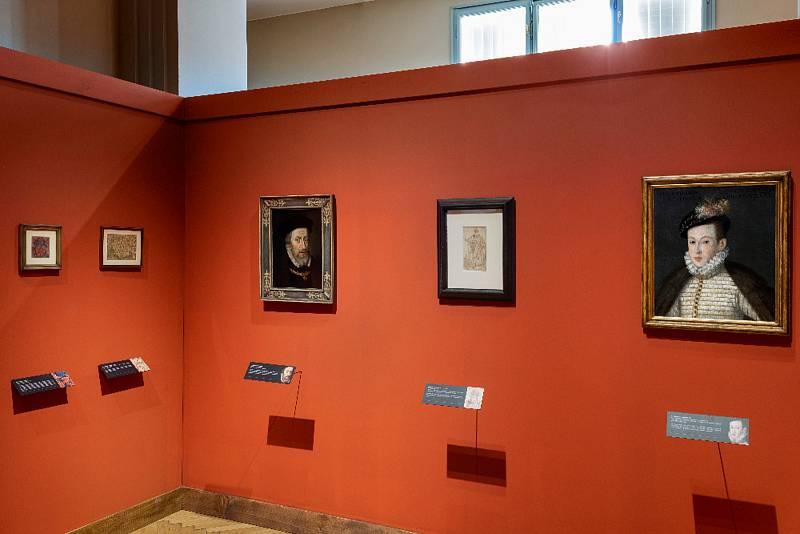 Výstava Rudolf II. Umění pro císaře - pohled do expozice, vlevo Dvorní  dílna: Portrét císaře Maxmiliána II. (soukromá sbírka vČR) vpravo Dvorní dílna: Portrét arcivévody Maxmiliána III. – velmistra řádu německých  rytířů, vmladém věku (soukromá sbírka