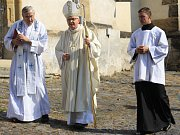 ULOŽENÍ schránky do Mariánského sloupu v Benešově nad Ploučnicí proběhlo v sobotu.