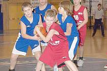 Na snímku z utkání mladších minižáků s Chomutovem bojuje o míč Tomáš Turek.