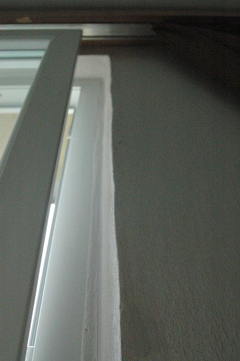 Nepřesně namontovaná plastová okna v panelovém domě v Březinách