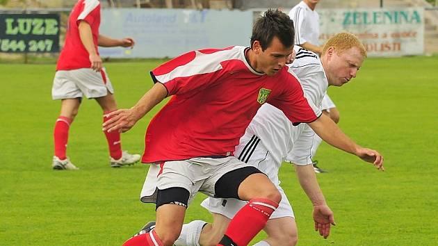 První gól dal Jiří Štercl (v bílém).