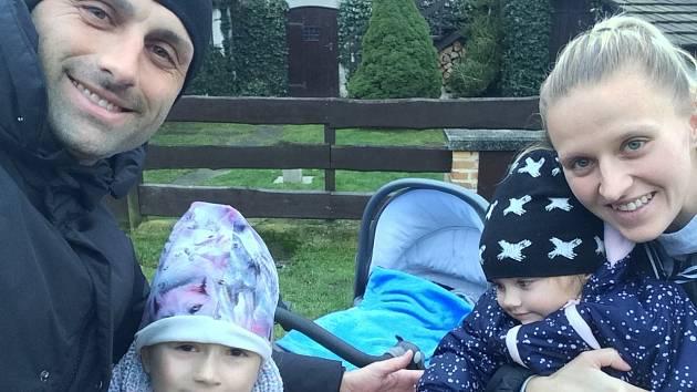 FOTBALOVÁ RODINA. Trenér FK Varnsdorf David Oulehla, jeho přítelkyně Lucie Hloupá a jejich dvě malé děti.