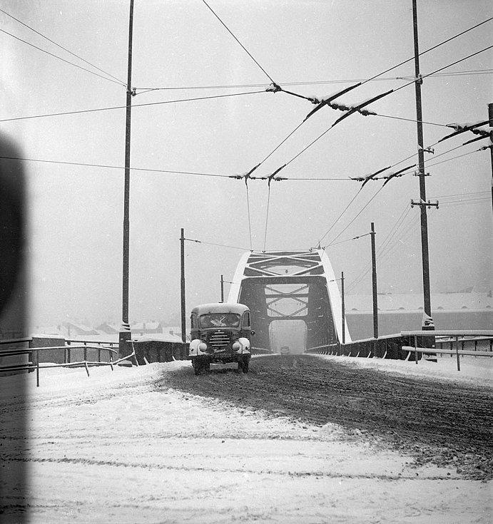 Tyršův most v zimě 1964. Na snímku je krásně vidět vedení pro trolejbusy