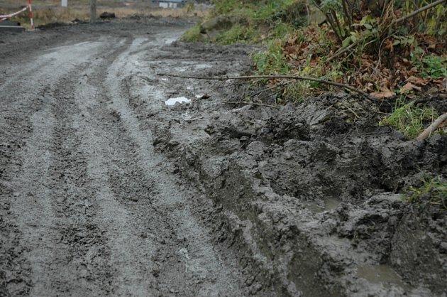 Blátivá silnice na Červeném vrchu v Děčíně