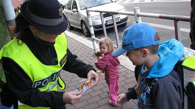 Policisté učili děti správně přecházet silnici.