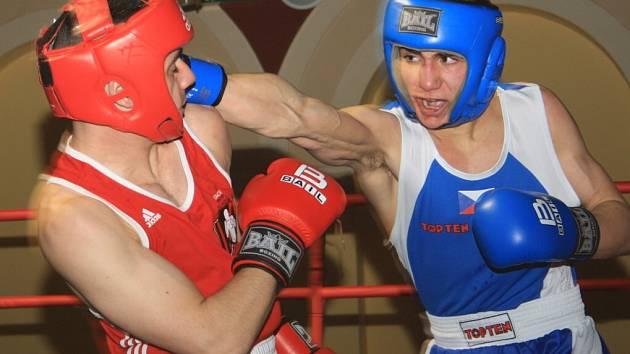OPĚT VYHRÁLI. Děčínští boxeři (v modrém) porazili 10:6 Kladno.