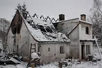 Obyvatelé domu, jemuž začala hořet střecha, utekli ještě před příjezdem hasičů.