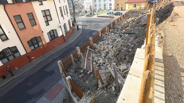 V Děčíně 19. ledna 2019 praskla a sesunula se zeď pod Děčínským zámkem.