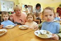 Při dopoledním stavění sněhuláků na zahradě jeslí na Severní Terase dětem vytrávilo a už se těšily na oběd.