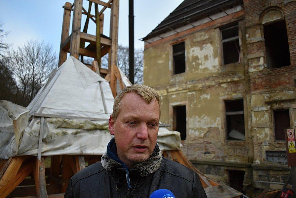 Skrytínský zámeček má opět po desítkách let věžičku.