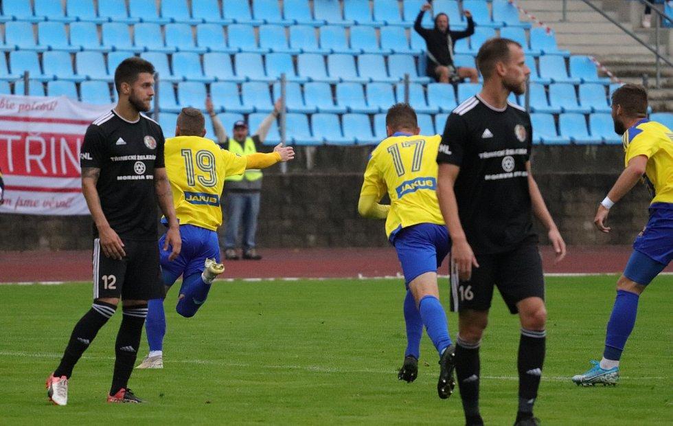 Pavlo Rudnytskyy (ve žlutém) v utkání proti Třinci.